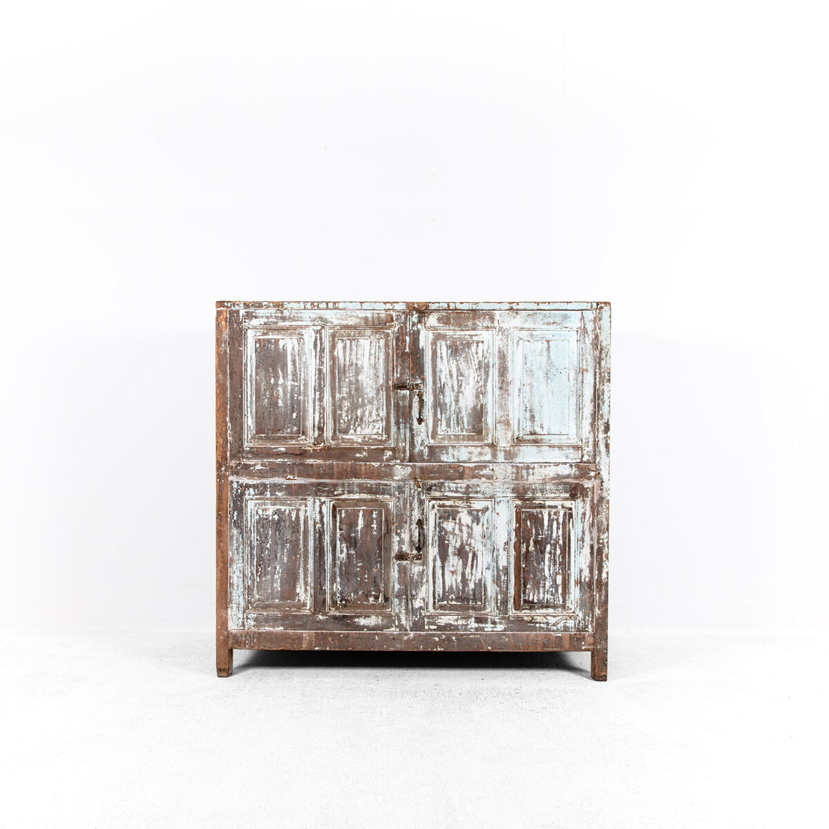 Diepe-houten-kast-4-deuren-lichtblauwbruin-7