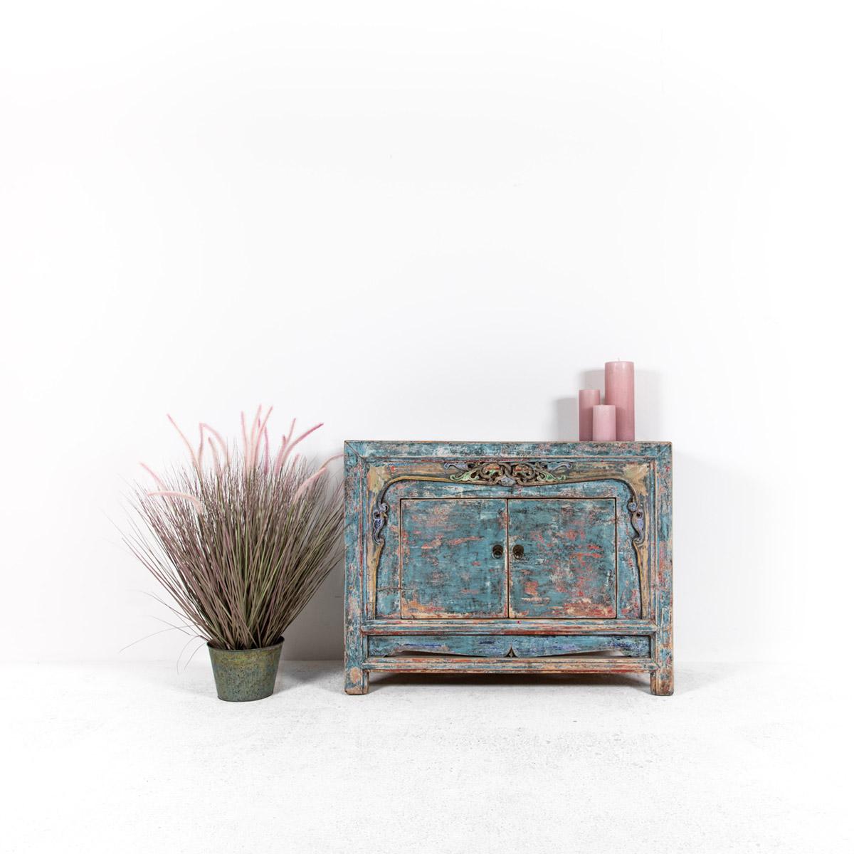 Dressoir-met-handgesneden-details-blauwroze-1