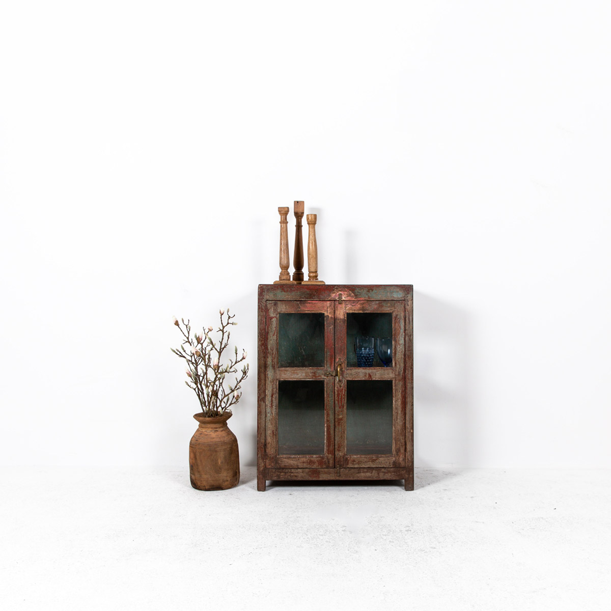 Glazen-kastje-2-deuren-bruinrood-uitgelicht