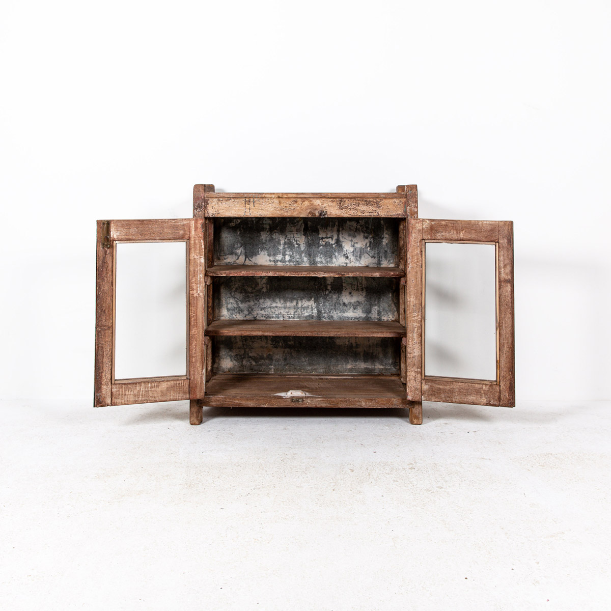 Lage-oude-glazen-kast-2-deuren-bruin-6