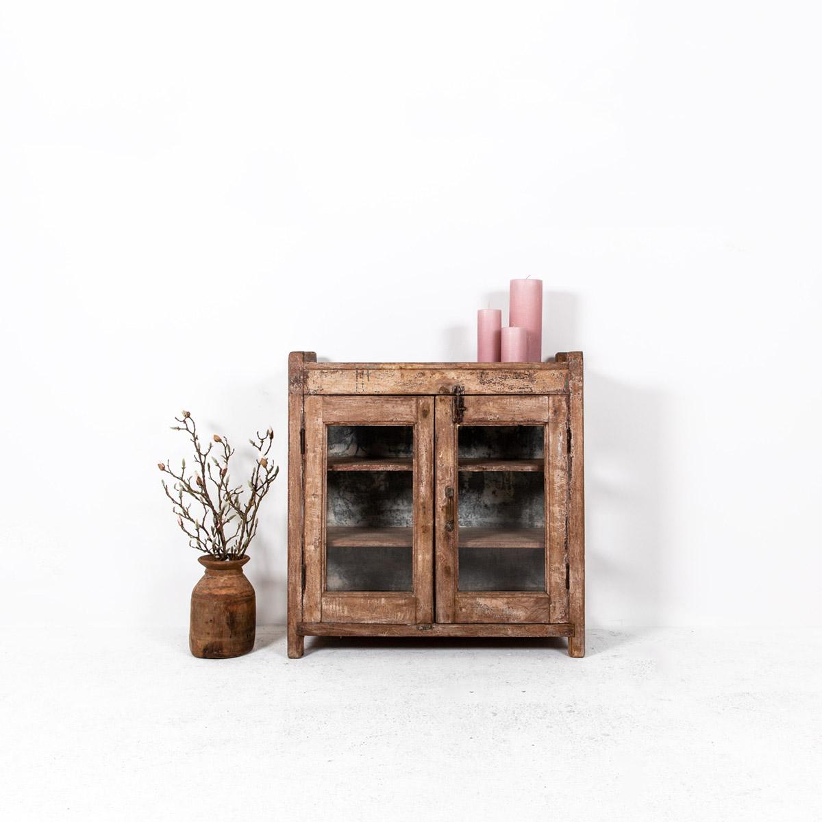 Oud-laag-kastje-2-deuren-bruin-uitgelicht
