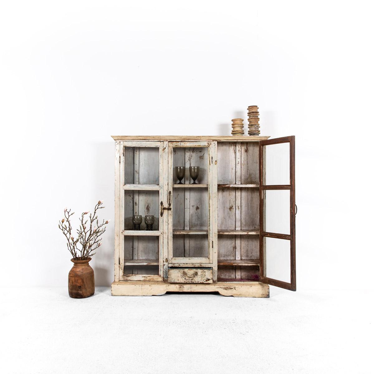Ondiepe-vitrinekast-3-deuren-1-lade-2