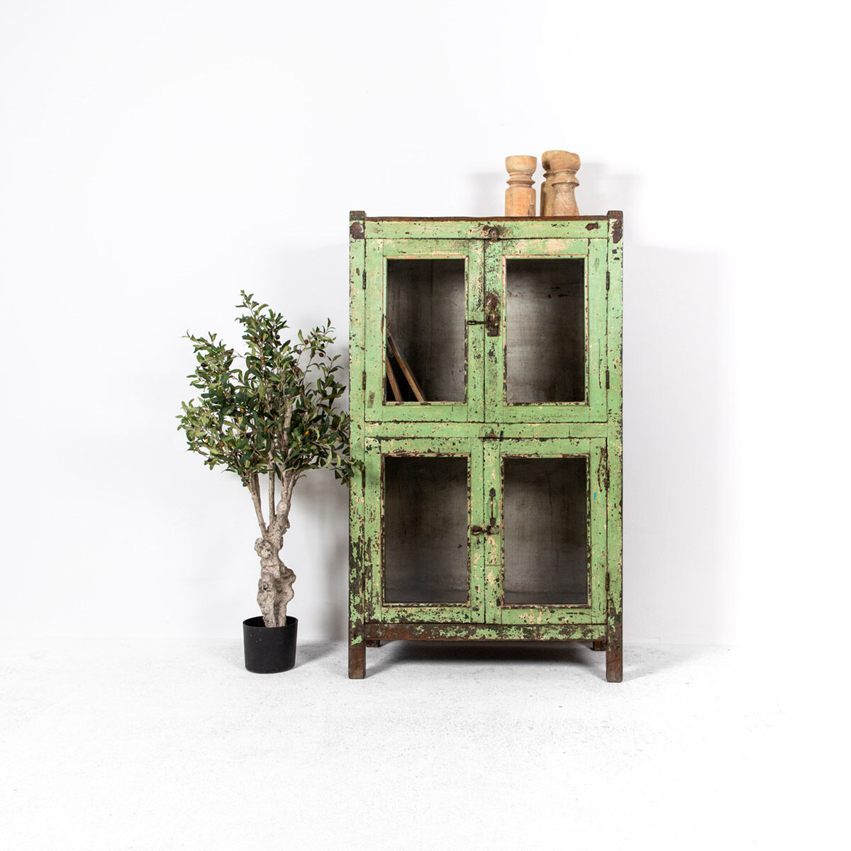Unieke-kast-4-deuren-groen-uitgelicht