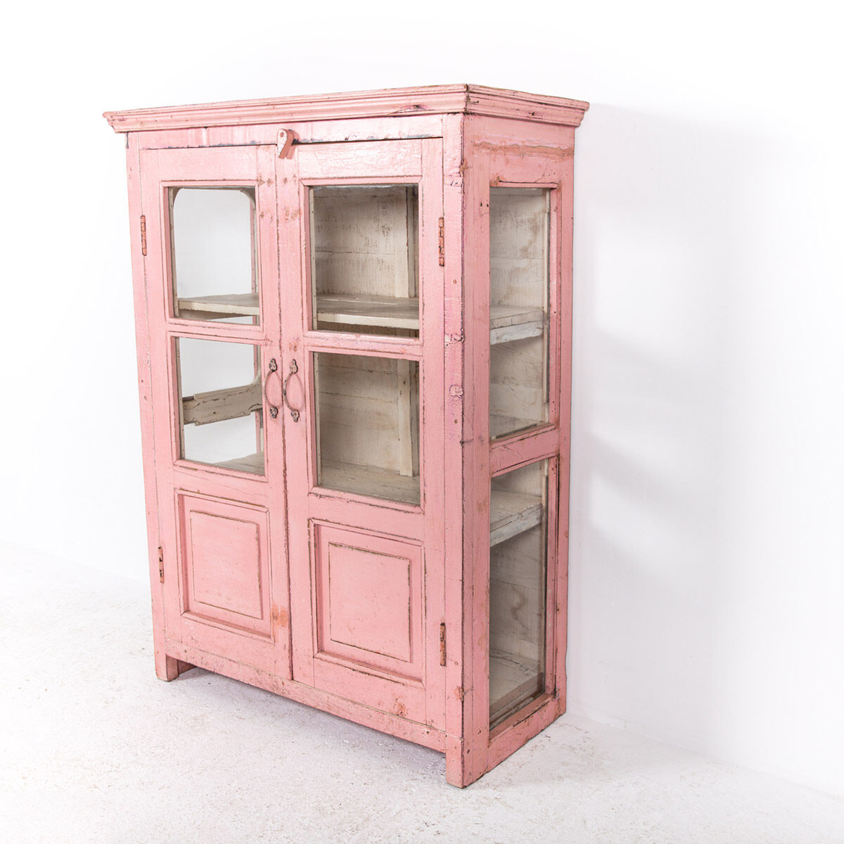 Roze-vitrinekast-2-glazen-deuren-7