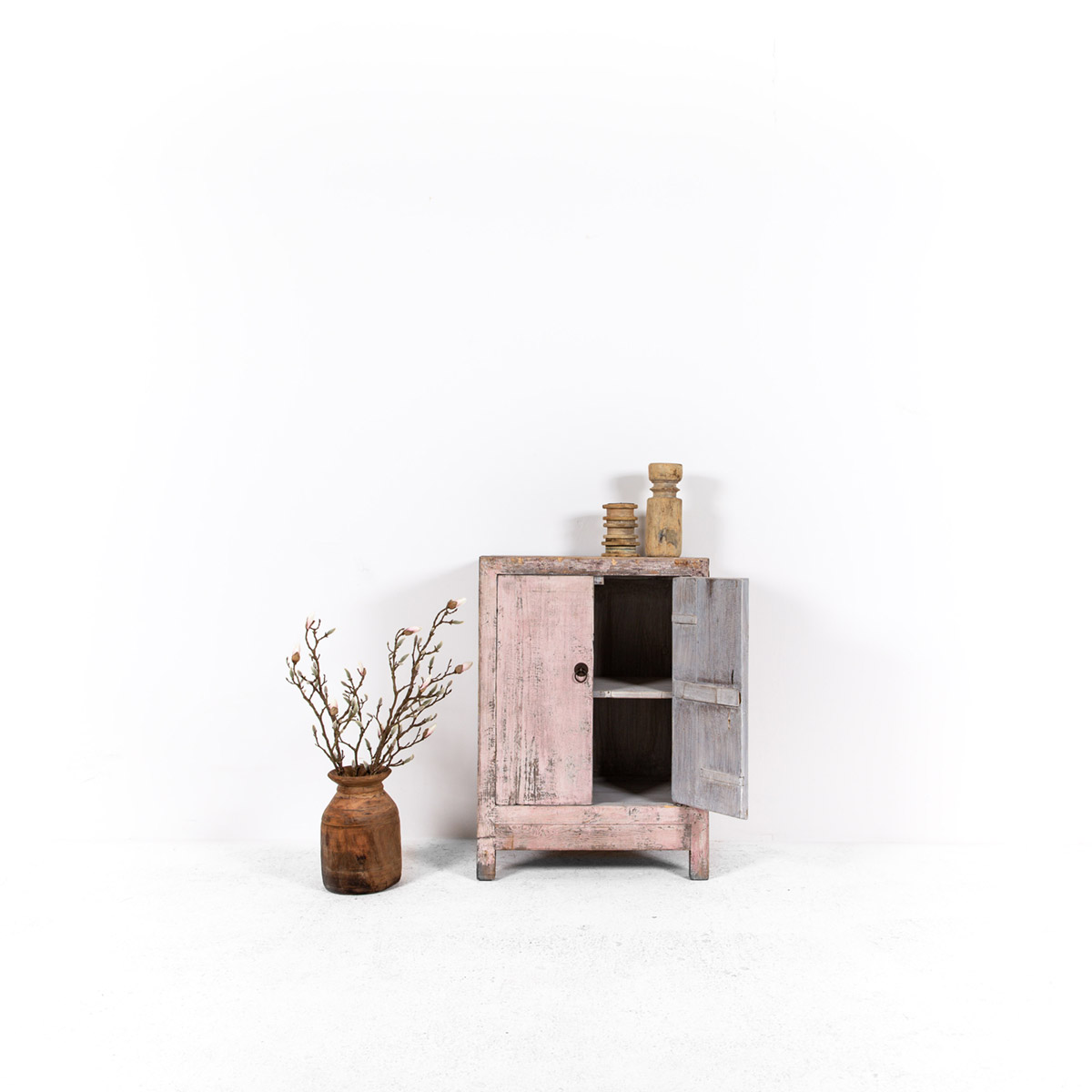 Uniek-dressoir-2-deuren-roze-2