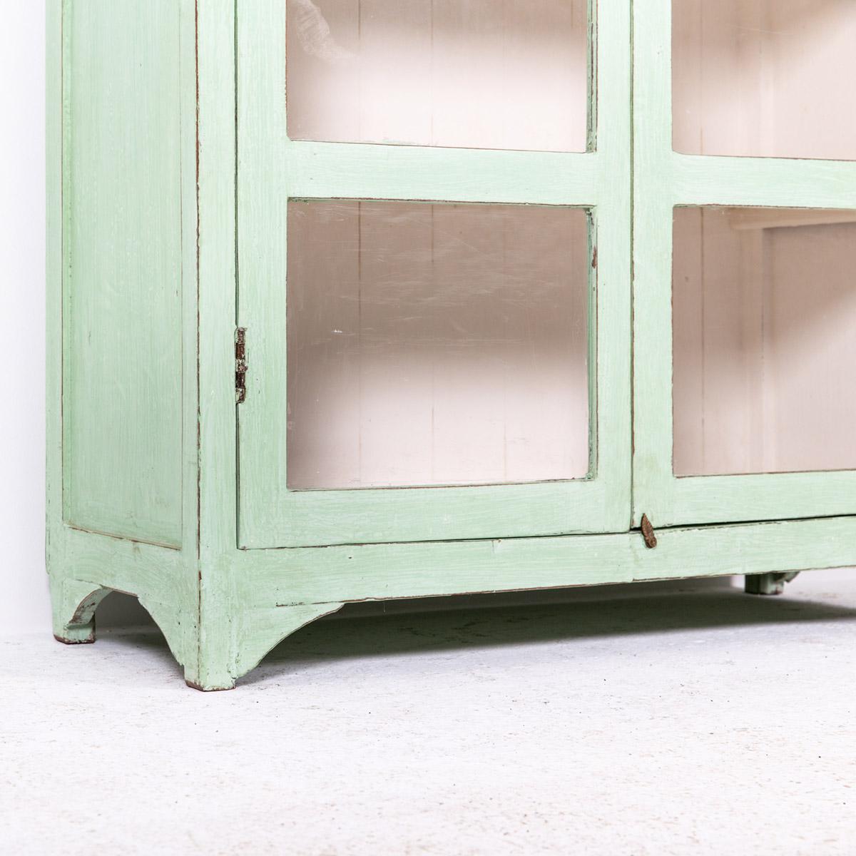 Vitrinekast-2-deuren-licht-groen-8